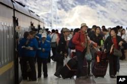 游客抵达拉萨火车站
