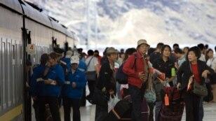 中国游客抵达西藏拉萨后涌出车站