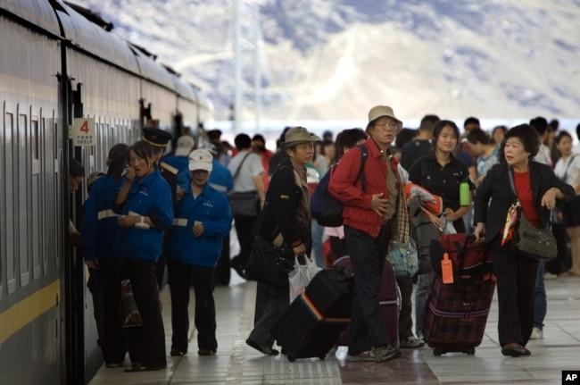 游客抵达拉萨火车站(资料图)