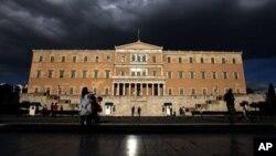 Suasana di depan gedung parlemen Yunani (Foto: dok). Para pemimpin Yunani diperkirakan sedang mempersiapkan pemerintahan sementara untuk memimpin negara yang sedang dililit krisis ekonomi ini hingga pemilu Juni mendatang (15/5).