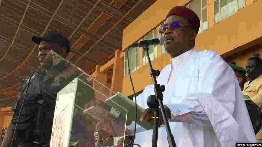 Le président du Niger, Mahamdou Issoufou, s'adresse à la foule réunie dans le stade Seyni Kountché de Niamey, 18 février 2016 (VOA/Nicolas Pinault)