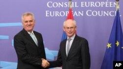 Predsednik Evropskog saveta Herman Van Rompuj dočekuje predsednika Srbije Tomislava Nikolića.