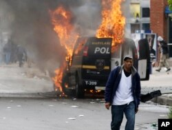 星期一美国东部城市巴尔的摩为黑人青年举行葬礼后发生暴力冲突