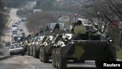 Các xe thiết giáp chở binh sĩ mà người ta tin là binh sĩ Nga trên một con đường gần thành phố cảng Sevastopol trên bán đảo Crimea 10/3/14