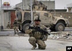 100.000 soldados americanos estacionados no Afeganistão ajudam a combater o terrorismo e a manter a segurança pública