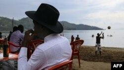 Un Congolais de la ville voisine de Goma se trouve à la station balnéaire de Tam Tam, à Gisenyi, au Rwanda, le 25 mars 2018.