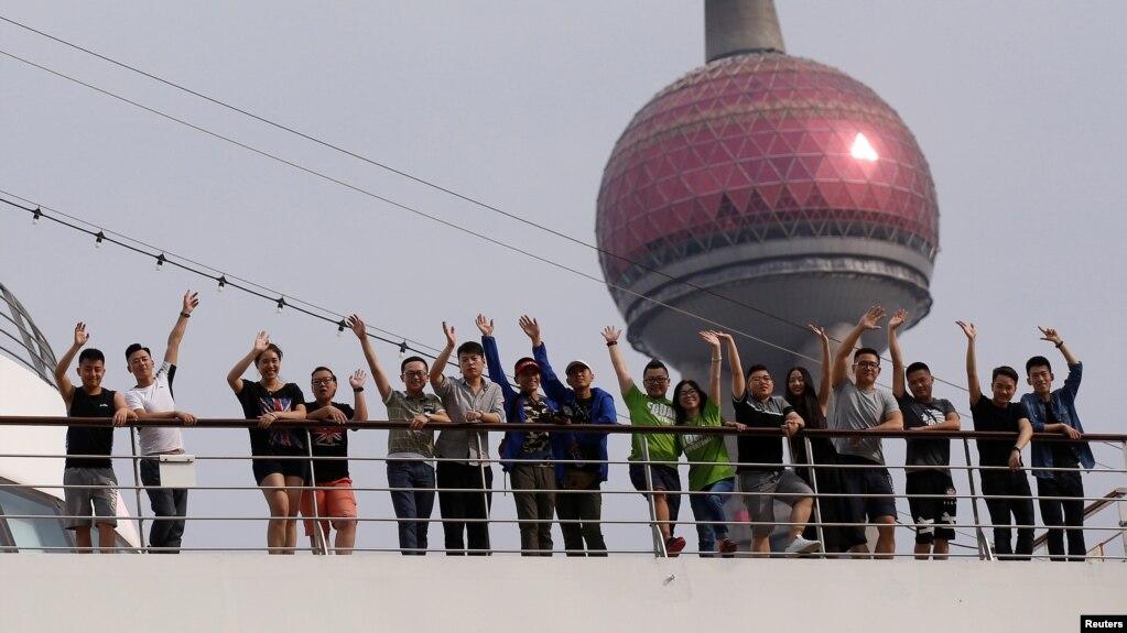 中國同性戀和跨性別伴侶在上海的國際郵輪港的一艘郵輪上合影。 (2017年6月14日)