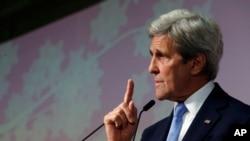 Menlu AS John Kerry memberikan sambutan padapenutupan pertemuan para Menlu negara-negara anggota G7 di Hiroshima, Jepang (11/4).