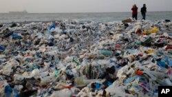 Gomila đubreta koja se pojavila na obali Sredozemnog mora u Libanu (Foto: Hussein Malla/AP)