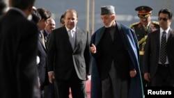 Tổng thống Afghanistan Hamid Karzai (phải) đón tiếp Thủ tướng Pakistan Nawaz Sharif ở thủ đô Kabul, 30/11/2013