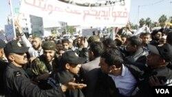 Bentrokan antara kelompokm Islamis dan sekularis saat berunjuk rasa di depan gedung parlemen Tunisia (3/12).