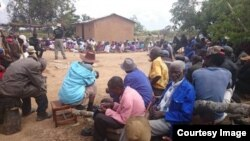Zimbabwean villagers at a peace club meeting. (Photo: Courtesy of Heal Zimbabwe Trust)
