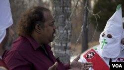 Дэрил Дэвис во время встречи с участниками движения Ку-клукс-клан