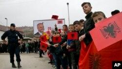 Arhiva - Albanci u Preševu dočekuju premijera Albanije, Edija Ramum 11. novembra 2014. (AP Photo/Visar Kryeziu)