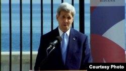 El secretario de Estado John Kerry, durante la ceremonia de izado de la bandera de EE.UU. en la Embajada estadounidense en La Habana, Cuba, el 14 de agosto de 2015.