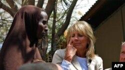 Bà Jill Biden, phu nhân Phó Tổng thống Joe Biden trò chuyện với những người tị nạn somalia tại một trại tị nạn ở Kenya