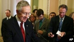 图为参院多数党领袖里德8月1日就债务问题向媒体讲话