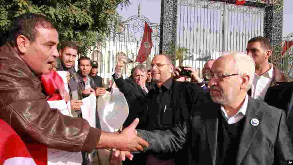 Le chef file du mouvement islamiste tunisien, Rachid Ghannouchi, à droite, arrive à l'ancienne Assemblée nationale, près de Tunis mardi 22 novembre 2011, où l'assemblée nouvellement élue de la Tunisie tient sa première réunion, chargée de l'élaboration d'une Constitution.