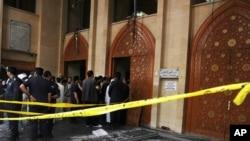 Lực lượng an ninh tập trung tại đền thờ Hồi giáo sau vụ nổ bom hôm thứ Sáu, ngày 26 tháng Sáu, 2015.