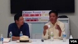 西藏流亡政府議會議長邊巴次仁(右)在華盛頓與華人學生學者面對面交流(2015年7月24日 美國之音莫雨拍攝)
