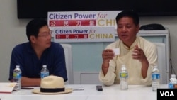 西藏流亡政府议会议长边巴次仁(右)在华盛顿与华人学生学者面对面交流(2015年7月24日 美国之音莫雨拍摄)