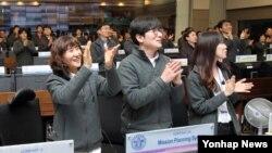 26일 오후 1시 5분께 한국 대전 한국항공우주연구원 지상관제센터 관계자들이 아리랑 3A호와의 교신에 성공한 후 환호하고 있다.