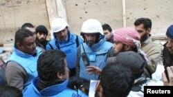 Miembros de Naciones Unidas negocian con civiles dentro de la sitiada ciudad de Homs.