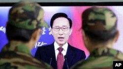 دوو سهربازی کۆریای باشور سهیری سهرۆکهکهیان دهکهن لهو دهمهی وتارهکهی پـێشـکهش دهکات، دووشهممه 3 ی یهکی 2011