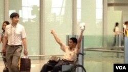 冀中星在北京首都国际机场手举自制爆炸装置。(微博图片)