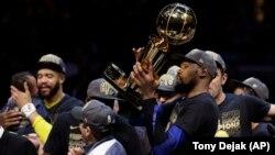 Kevin Durent sa trofejem Leri O'Brajen proslavlja drugu uzastopnu titulu šampiona NBA lige (Foto: AP/Tony Dejak)