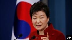 박근혜 한국 대통령이 13일 청와대 춘추관 브리핑룸에서 대국민 담화 발표하고 있다.