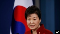 Presiden Korea Selatan Park Geun-hye menjawab pertanyaan wartawan di Gedung Biru, Seoul, Korea Selatan (13/1).