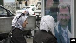 La secretaria Clinton dijo en Turquía que Washington está proporcionando equipo a los activistas de oposición en Siria.
