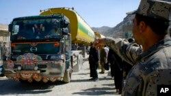 Polisi Afghanistan memberi perintah kepada truk pemasok BBM untuk pasukan NATO di Afghanistan (foto: dok). Departemen Pertahanan AS dinilai menghamburkan anggaran untuk membangun stasiun pengisian gas alam di Afghanistan.