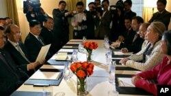 Ngoại trưởng Mỹ Hillary Clinton gặp Tổng thống Miến Ðiện Thein Sein tại New York, ngày 26/9/2012