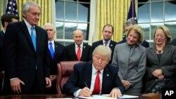 川普簽署新法律對抗毒品輸入(美聯社)