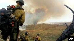 En esta foto tomada por Andrew Ashcraft, miembros de los Hotshots observan el incendio forestal que luego los mató.