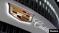 美国密歇根州底特律市举行的北美国际汽车展上展示的凯迪拉克汽车标徽 (2018年1月16日)
