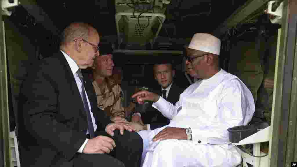 Le président malien Ibrahim Boubacar Keita, parle au ministre français des Affaires étrangères, Jean-Yves Le Drian, à gauche, à Gao, le 19 mai 2017.