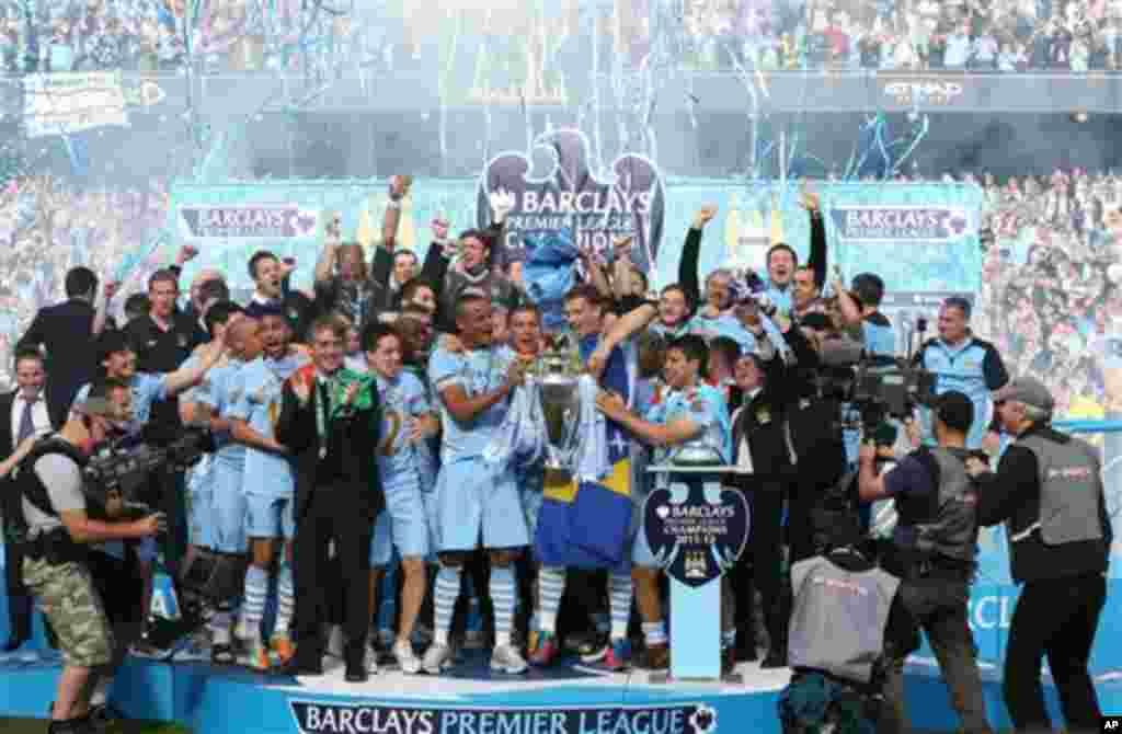 Magoya bayan kungiyar Manchester City su na bayyana farin cikinsu bayan da suak doke Queens Park Rangers da ci 3-2, suka kuma zamo zakarun wasannin lig-lig na Ingila, Premier League, lahadi 13 Mayu 2012 a filin wasa na Etihad dake Manchester.