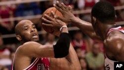 Taj Gibson, de Chicago, es bloqueado por Kevin Seraphin, de Washington, en el juego de pre-temporada de la NBA realizado en Río de Janeiro, Brasil.