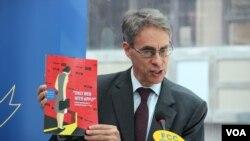 人權觀察執行董事肯尼斯·羅斯會上介紹調查報告內容(美國之音記者申華拍攝)