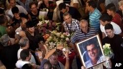 Tras el funeral de Oswaldo Payá este martes 24 de julio, el conductor del vehículo accidentado sigue retenido por las autoridades.