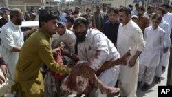 13일 파키스탄에서 일어난 폭탄 테러로 인한 부상자를 옮기는 사람들.