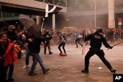 14일 스페인 바르셀로나에서 대법원의 카탈루냐 분리독립 지도자 중형 선고에 항의하는 시위대가 경찰과 충돌했다.