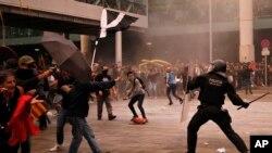 La police anti-émeutes a chargé à plusieurs reprises des centaines de militants tentant de pénétrer dans le terminal de Barcelone.