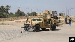 이라크 군이 4일 폭탄 테러가 발생한 바그다그 북동부 검문소 인근에서 경계 근무를 서고 있다.