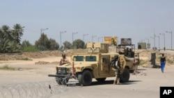 Pasukan Irak berdiri di dekat lokasi serangan bom bunuh diri yang menarget pos pemeriksaan di Baghdad, Irak (4/4)