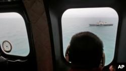 印尼軍方用直升機在亞航 8501 航班殘骸及遇難者遺體海綿搜尋。