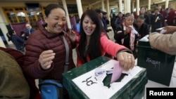 印度达兰萨拉的流亡藏人在选举西藏流亡政府时投票 (2016年3月20日)